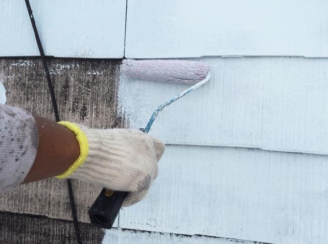 屋根塗装の下塗り施工中