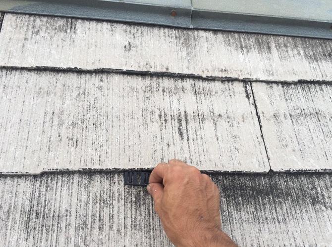 屋根材の隙間へのタスペーサーの設置中です。