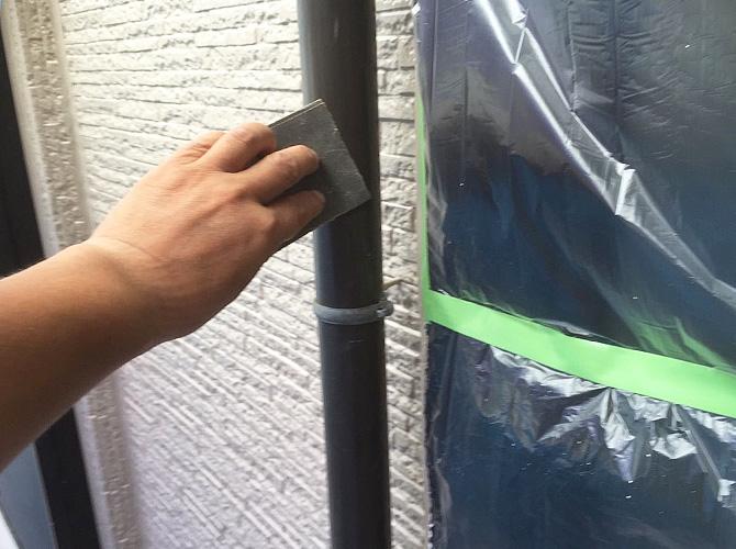 雨樋は塗装前にケレン清掃をします。