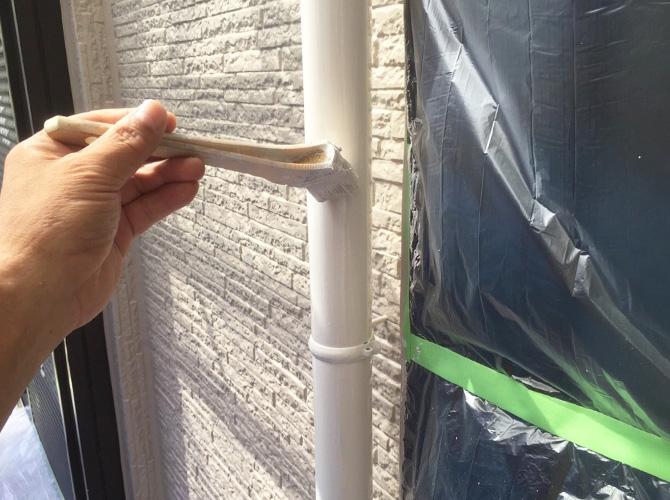 雨樋(竪樋)の上塗り施工中のようすです。