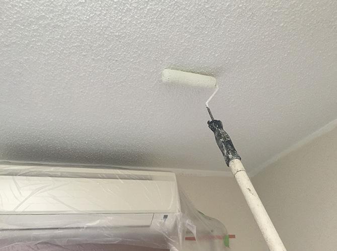 天井塗装の施工中のようすです。