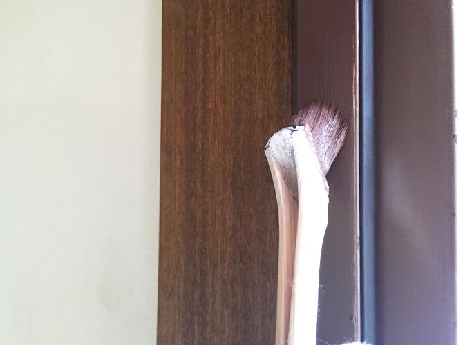 窓枠サッシの塗装中のようすです。
