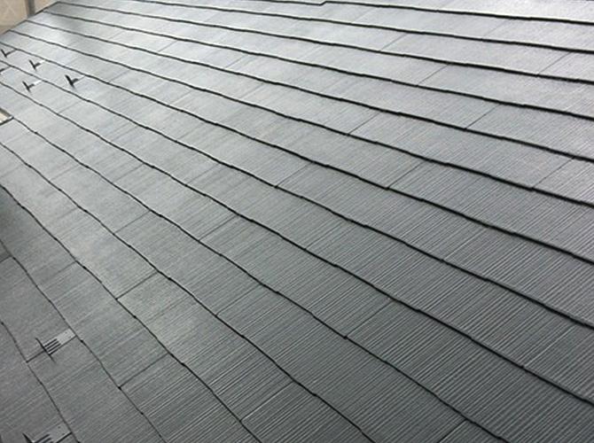 屋根塗装の中塗り施工完了後のようすです。