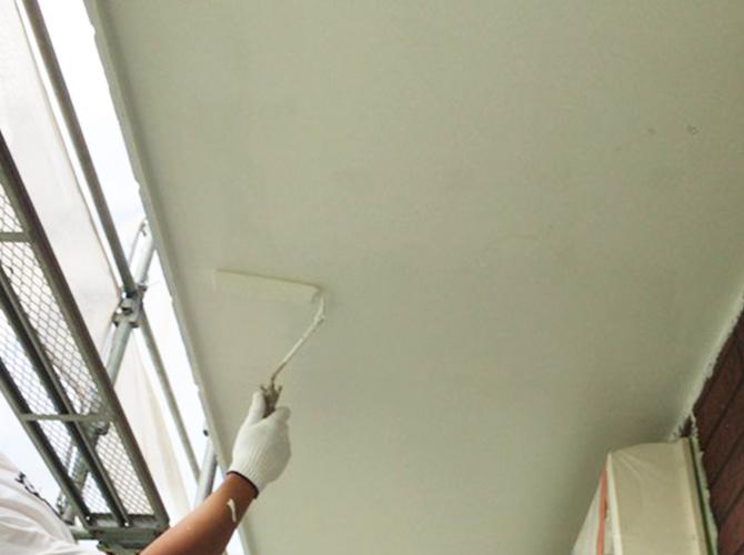 軒天井塗装の施工中のようすです。