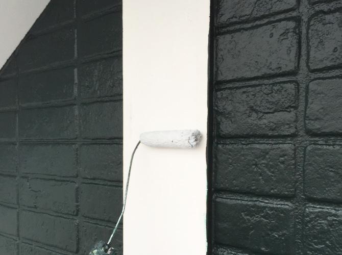 帯板シーラー下塗り施工中です。