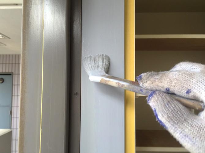 ドア枠木部の塗装中のようすです。