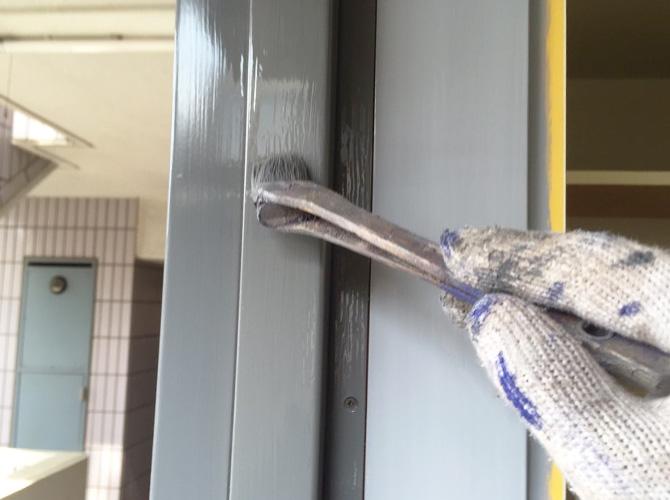 ドア枠鉄部の塗装中のようすです。