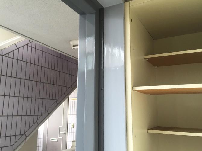 ドア枠塗装の施工完了後です。
