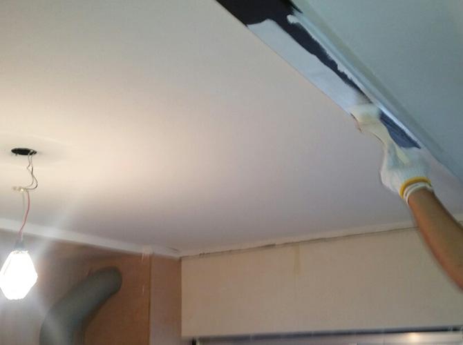 天井梁部分の塗装中のようすです。