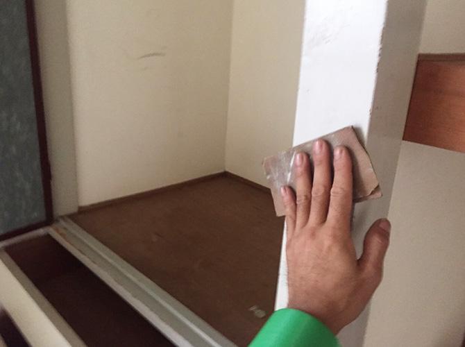 内装塗装のケレン清掃中のようすです。