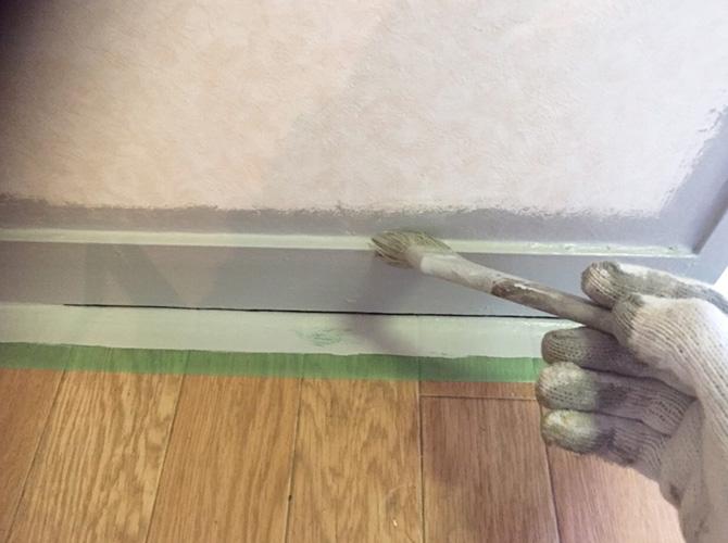 巾木部分の塗装中のようすです。
