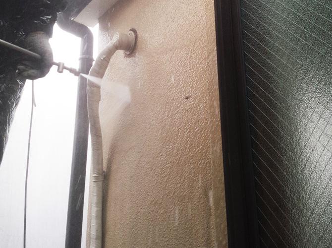 外壁の高圧洗浄施工中のようすです。