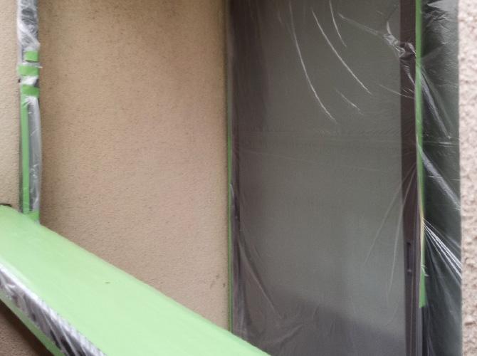 ベランダの手摺・窓などの養生設置後です。