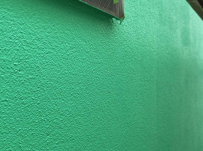 外壁塗装の中塗り完了後です。