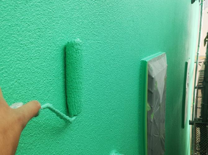 外壁塗装の上塗り施工中
