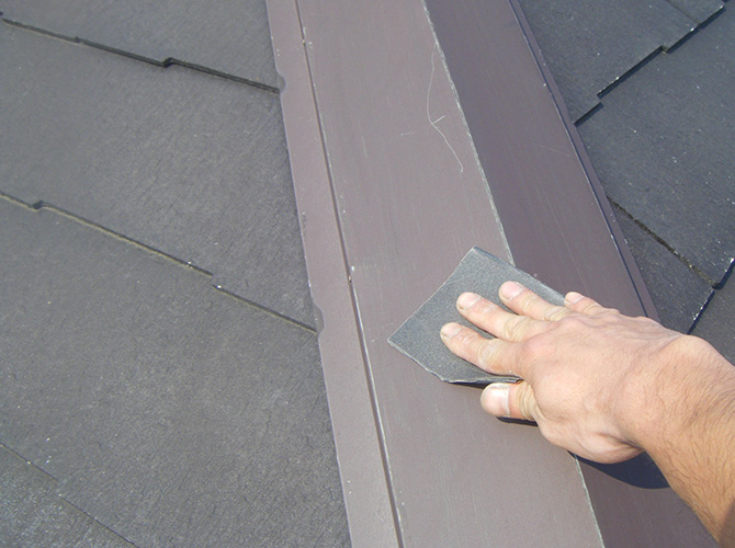 屋根鉄部のケレン清掃中のようすです。