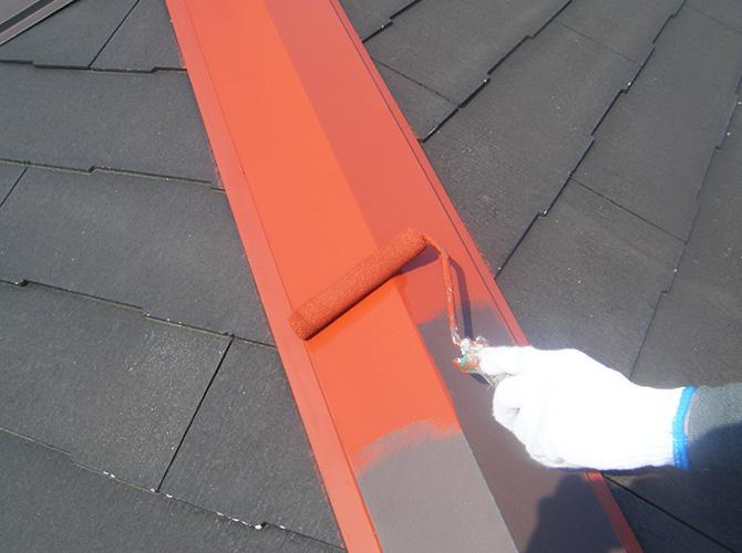 屋根鉄部のサビ止め塗装中のようすです。