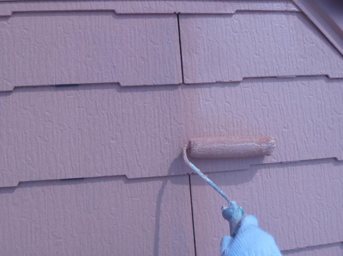 ガイナ塗装の上塗り施工中のようすです。