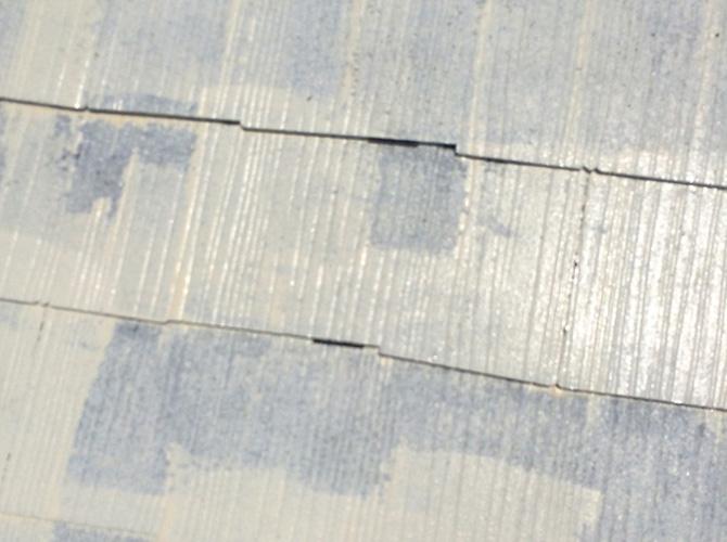 屋根塗装の下塗りの施工中です。