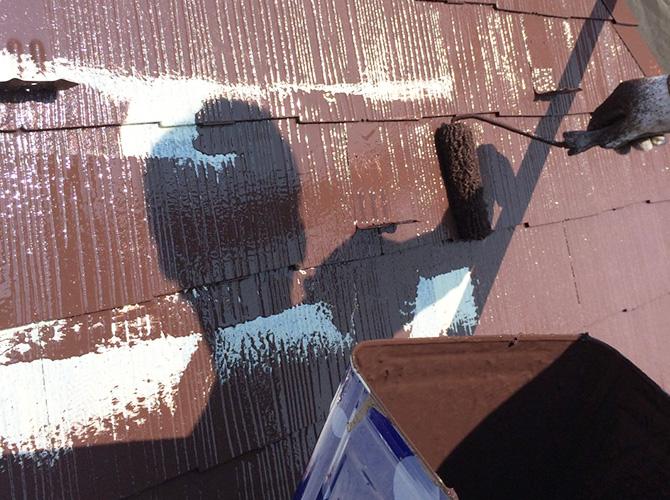 屋根塗装の中塗り施工中です。