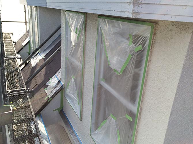窓周りの養生の設置のようすです。