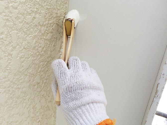 軒天井を刷毛で塗装しているところです。