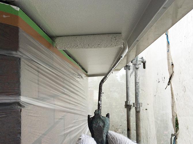 軒天井をローラーで塗装しているところです。