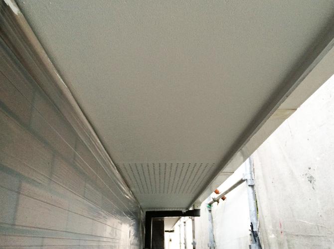 軒天井塗装の施工完了後です。