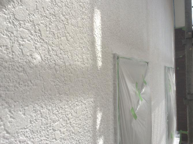 外壁塗装の中塗り完了後のようすです。