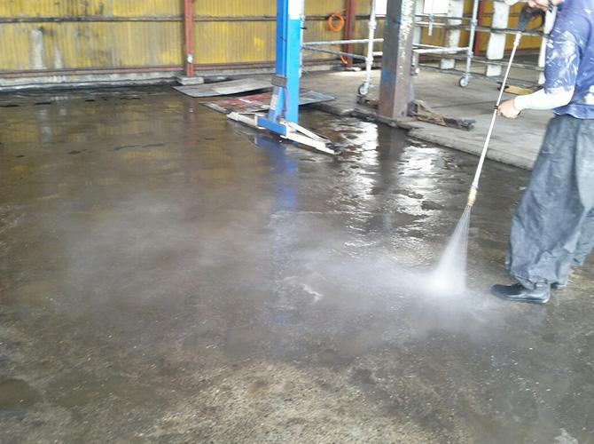 床部分の高圧洗浄施工中です。