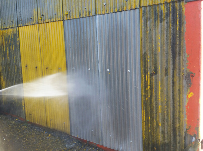 壁部分の高圧洗浄の施工中です。
