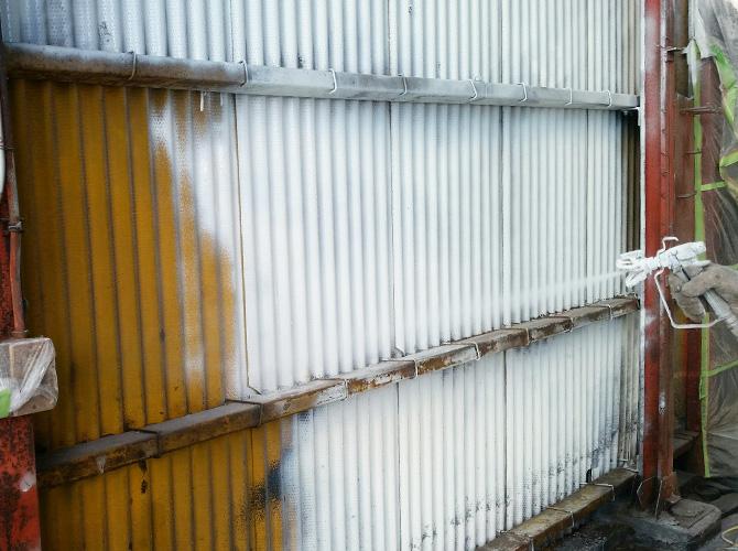 壁塗装の下塗り施工中です。