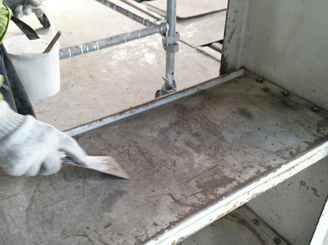 鉄部ケレン清掃の施工中です。