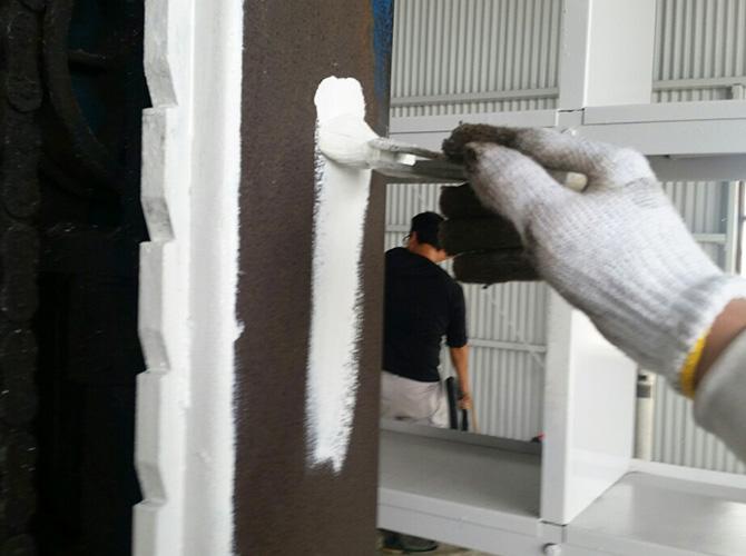 鉄部のサビ止め塗装の施工中です。