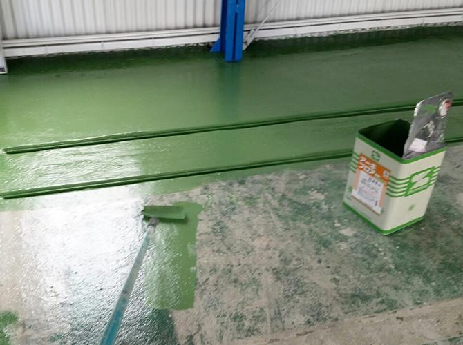 床塗装の中塗り施工中のようすです。
