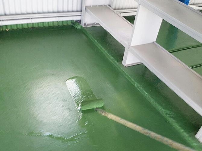 床塗装の上塗り施工中です。