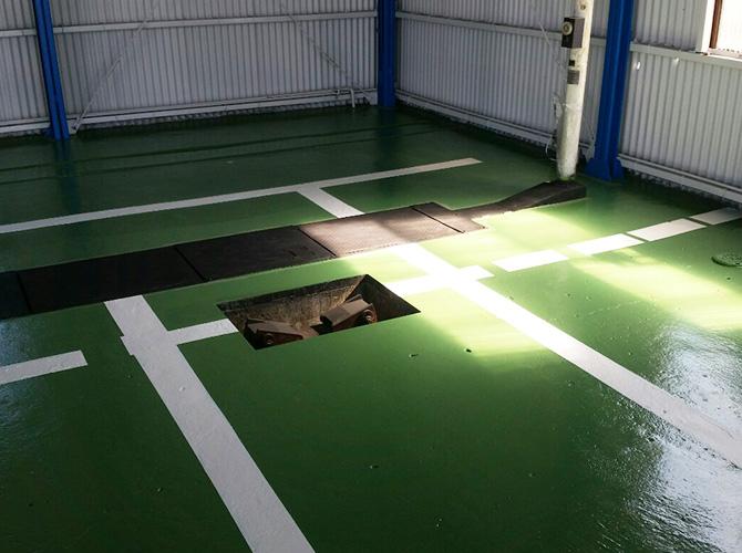 床のライン引き塗装の完了後です。
