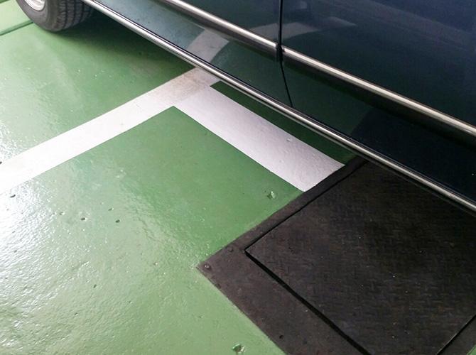 床のライン引きの塗装完了後です。