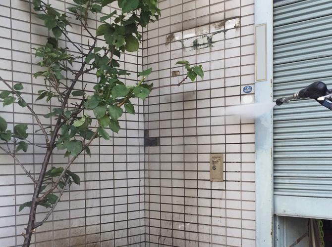 外壁塗装施工前の高圧洗浄の施工中です。