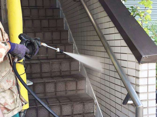 外階段の周囲も高圧洗浄で汚れを落としていきます。