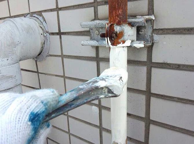 雨樋の錆止め塗装の施工中です。