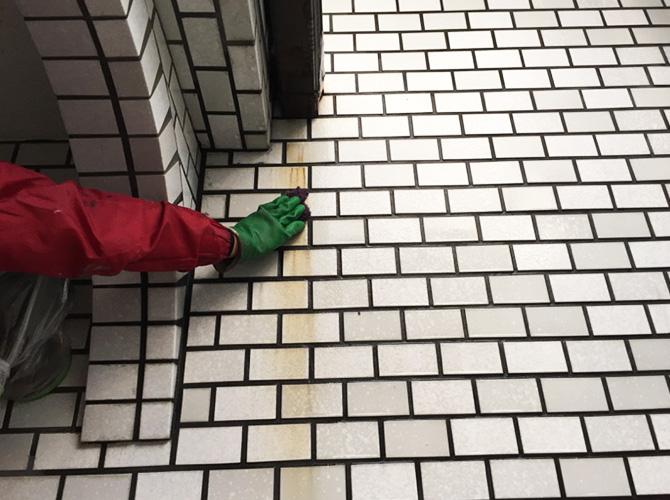 外壁タイルの汚れている箇所のケレン清掃中です。
