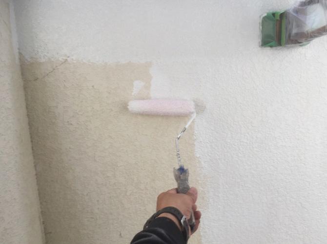 腰壁塗装の下塗り施工中のようすです。