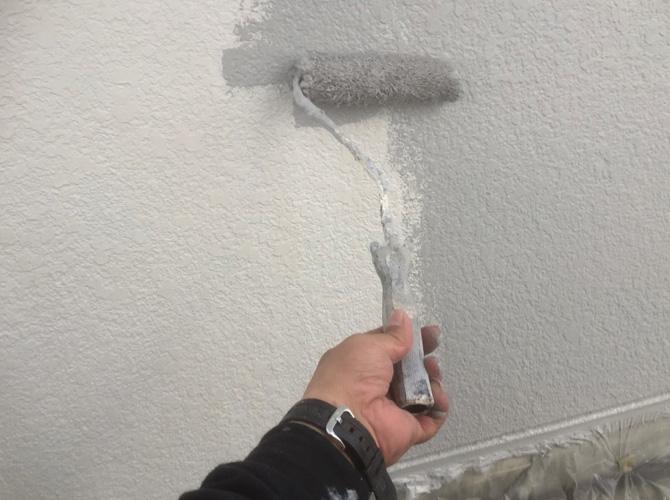 腰壁塗装の中塗り施工中のようすです。