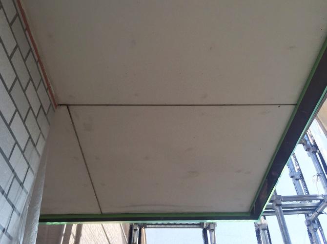 軒天塗装の施工前の状態です。