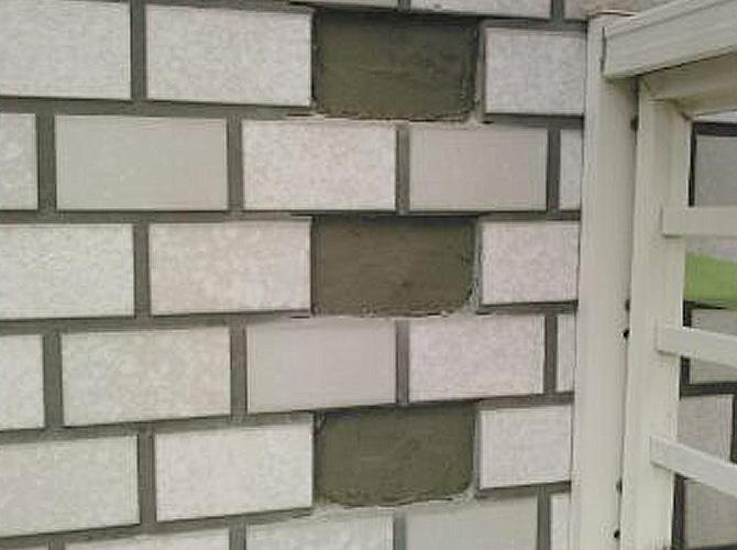外壁タイルの劣化した箇所を剥がした状態です。