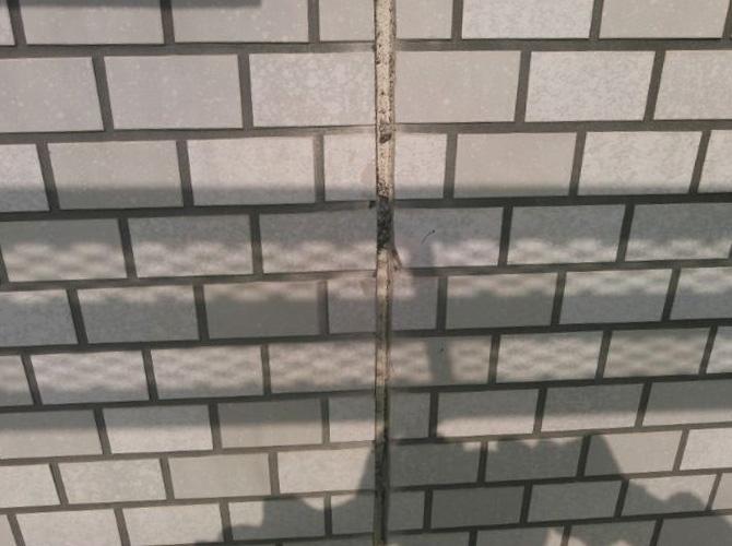 外壁タイルの目地補修前の状態です。