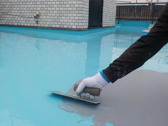 屋上床全面にウレタン防水材を塗布しますン。