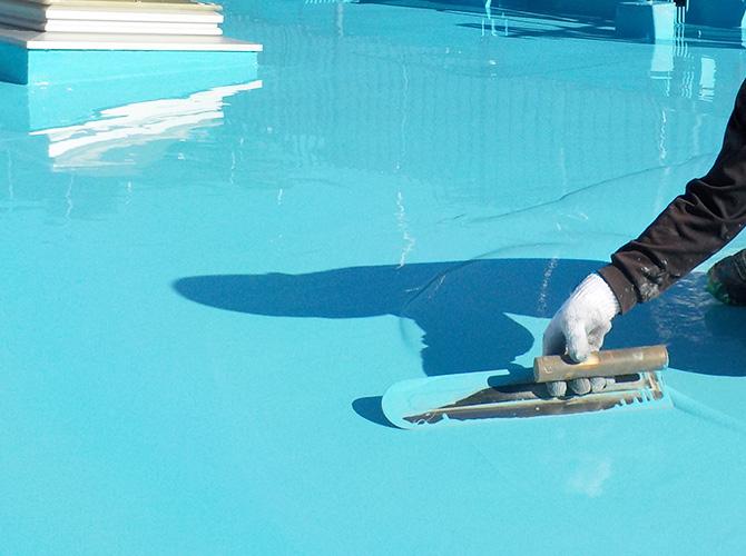 防水材をたっぷりと塗って雨漏りを防止します。
