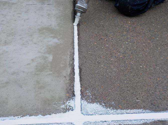 床目地部分のコーキング補修中です。